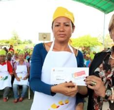 Entregan 140 tarjetas de Alimentación y uniformes a madres procesadoras